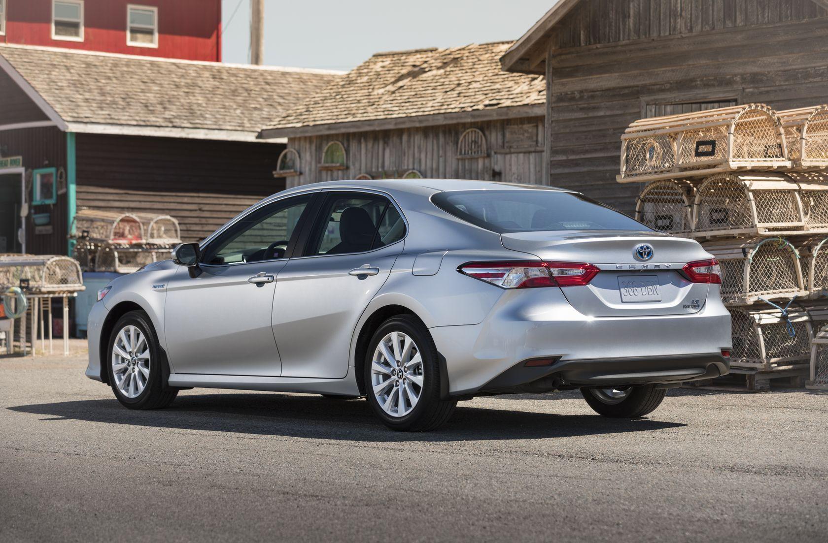 Arrière de la Toyota Camry hybride 2018 grise