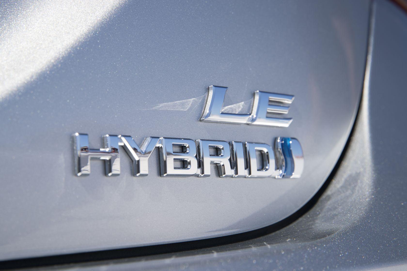 Logo sur coffre arrière de la Toyota Camry Hybride LE 2018