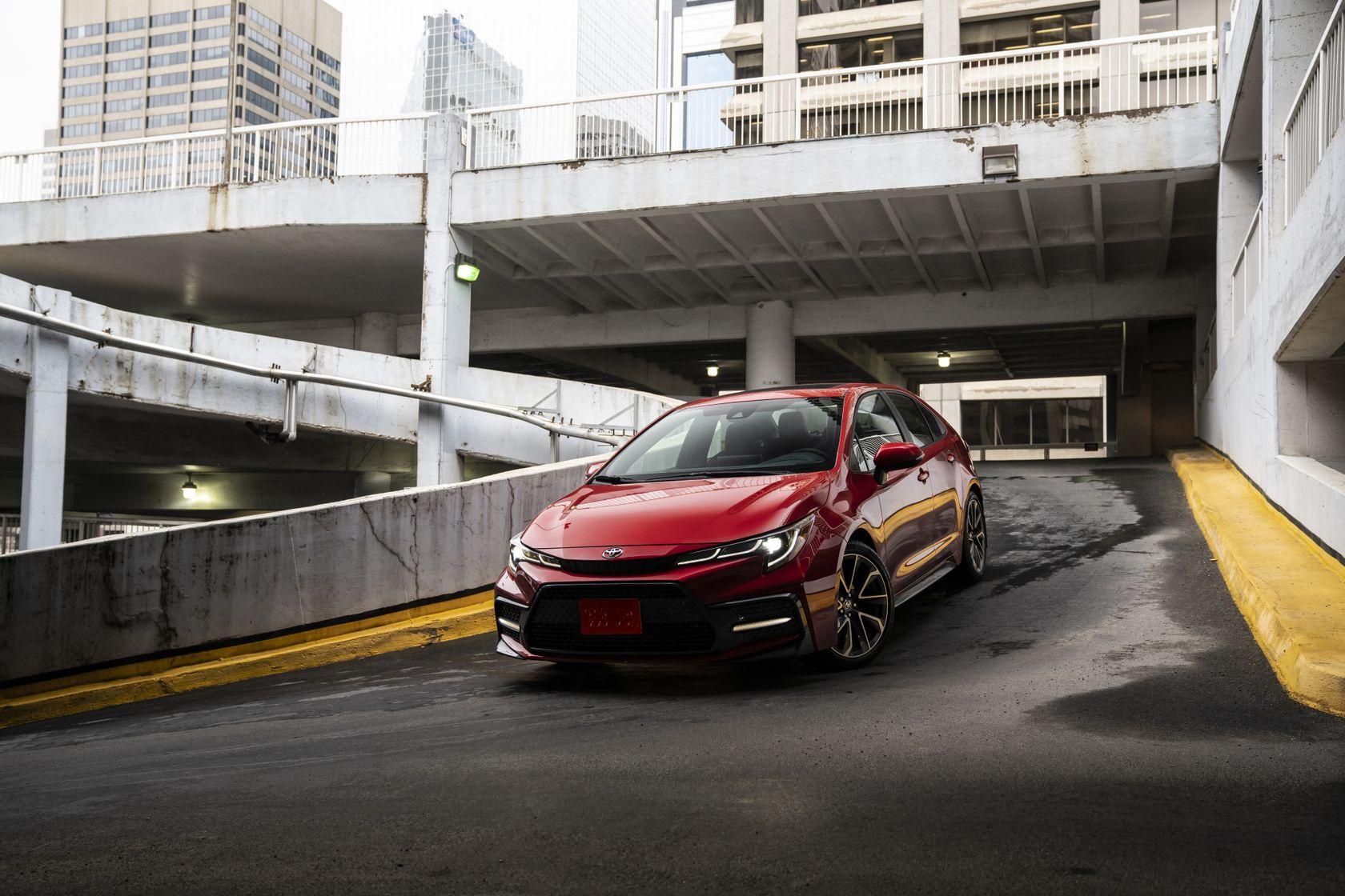 Toyota Corolla 2020 rouge descend une pente