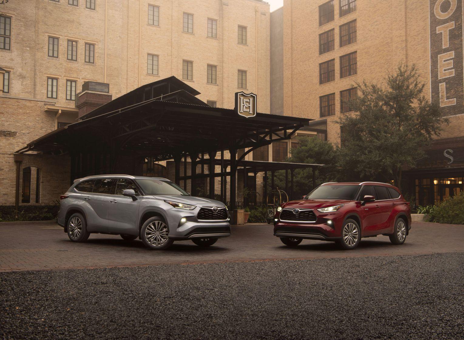 2 Toyota Highlander face à face, un argent et un rouge
