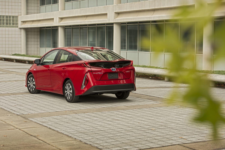 Arrière de la Toyota Prius Prime 2020 rouge