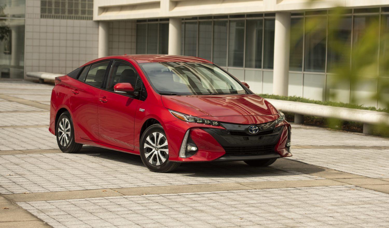 Devant de la Toyota Prius Prime 2020 rouge