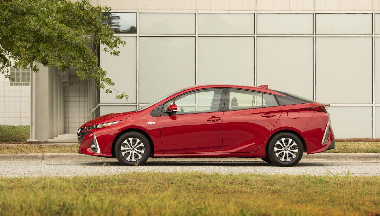 Côté conducteur de la Toyota Prius Prime 2020 rouge