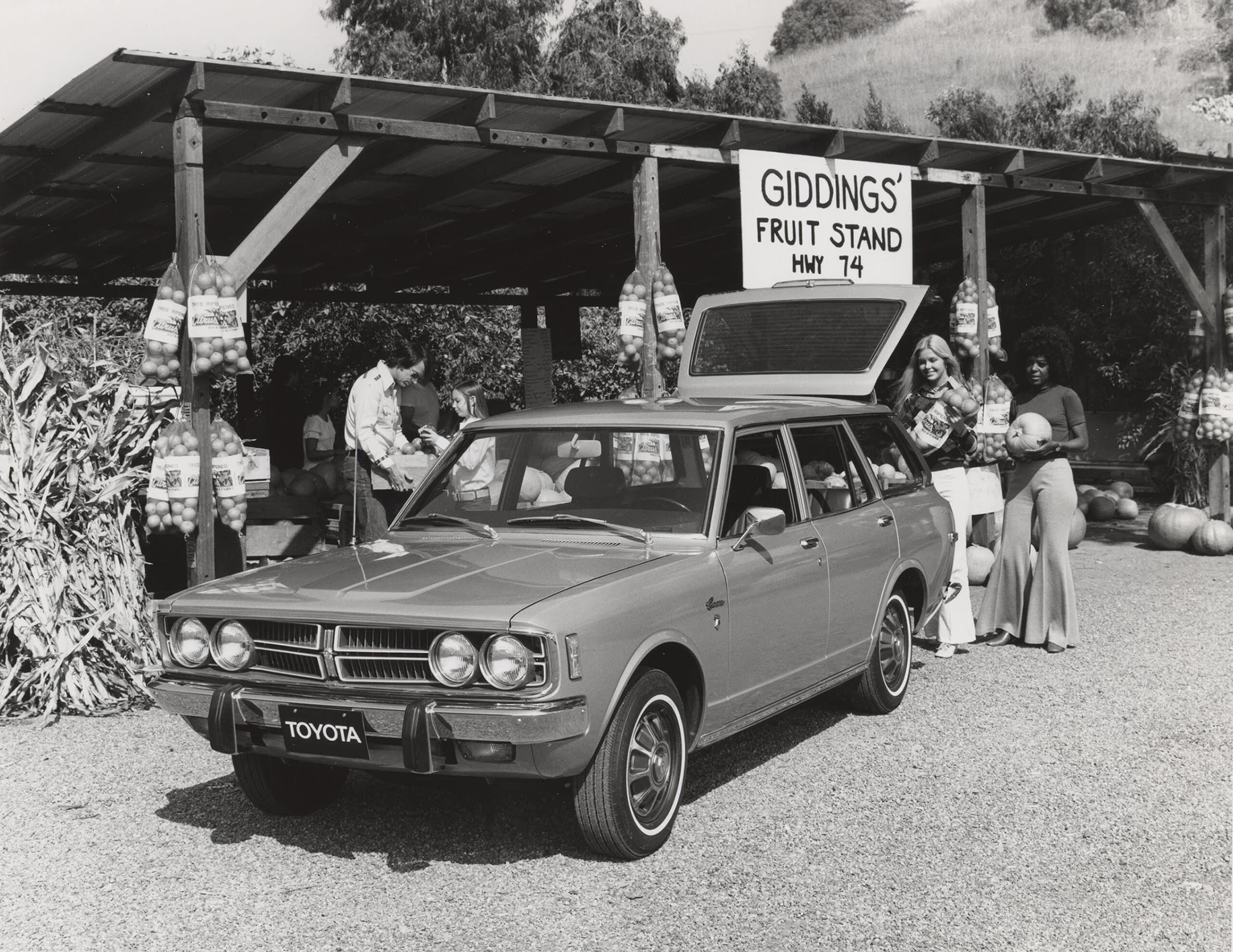 Vieille Toyota Corona Wagon, noir et blanc