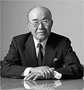 Soichiro Honda, fondateur de la marque Honda, noir et blanc