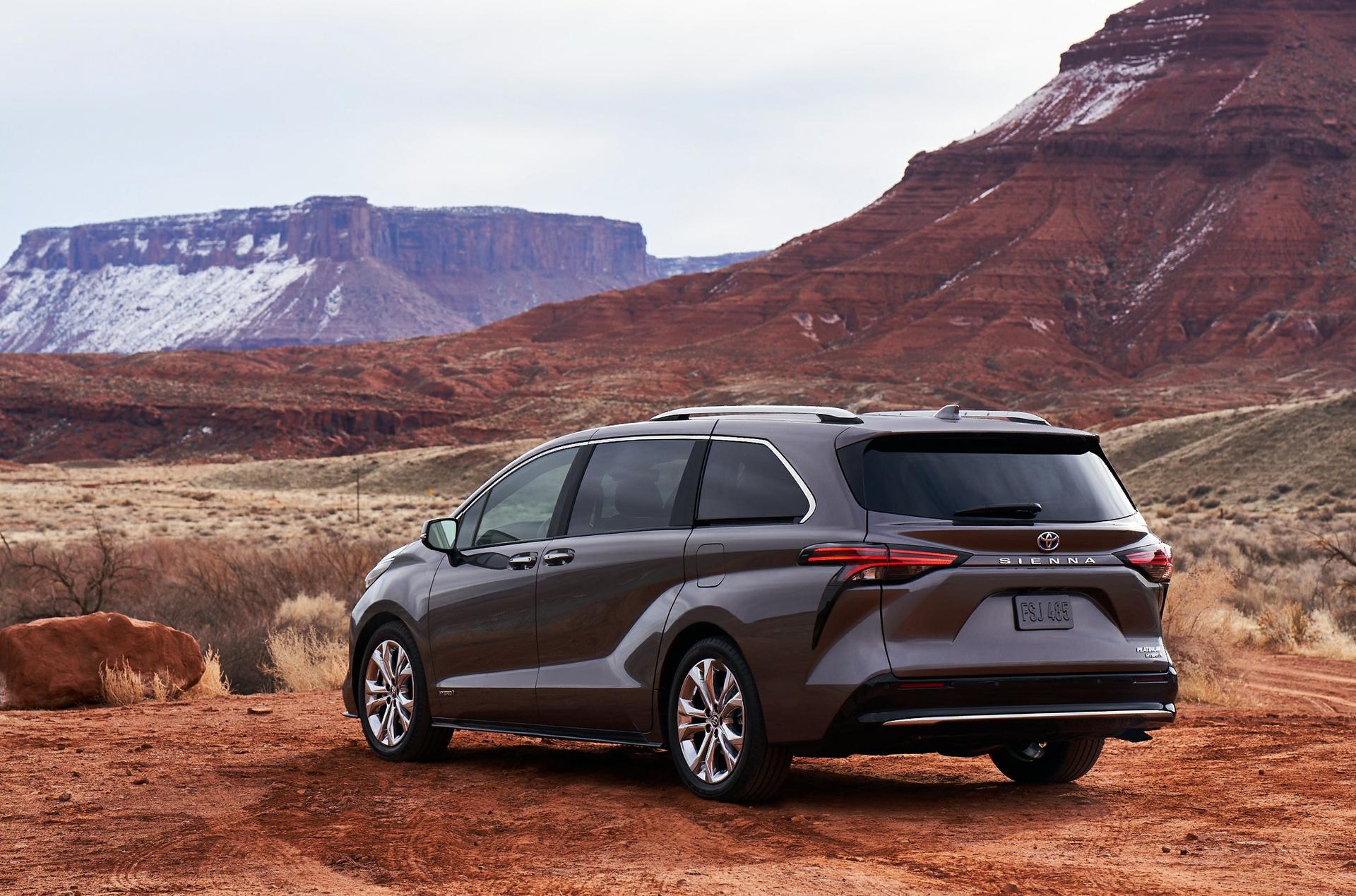 Arrière de la Toyota Sienna 2021 grise