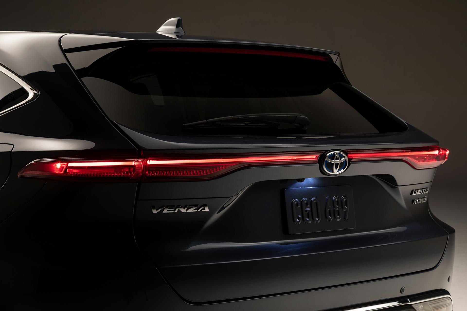 Vue rapprochée des feux arrières du Toyota Venza 2021 gris
