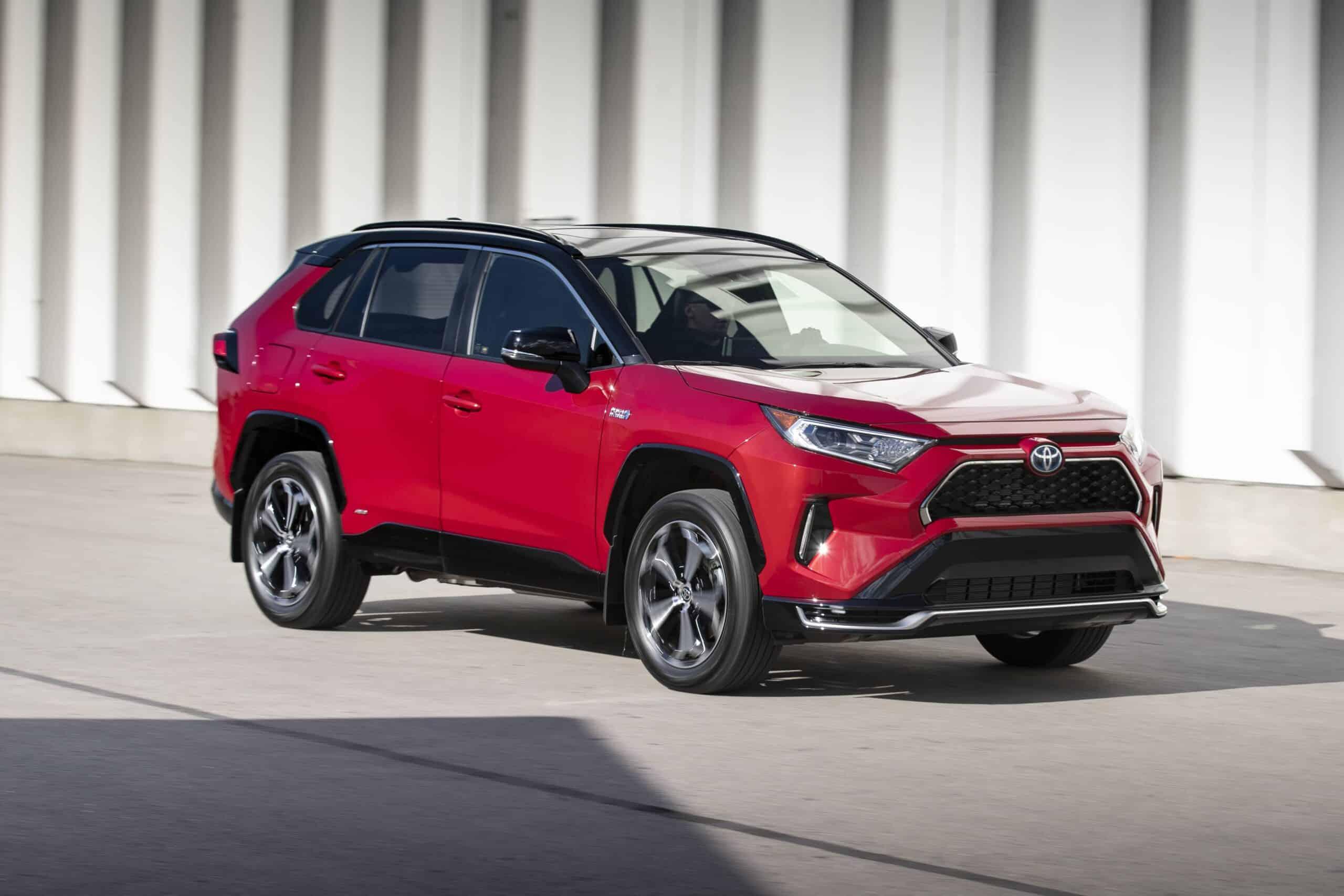 Vue avant du Toyota RAV4 Prime 2021 rouge