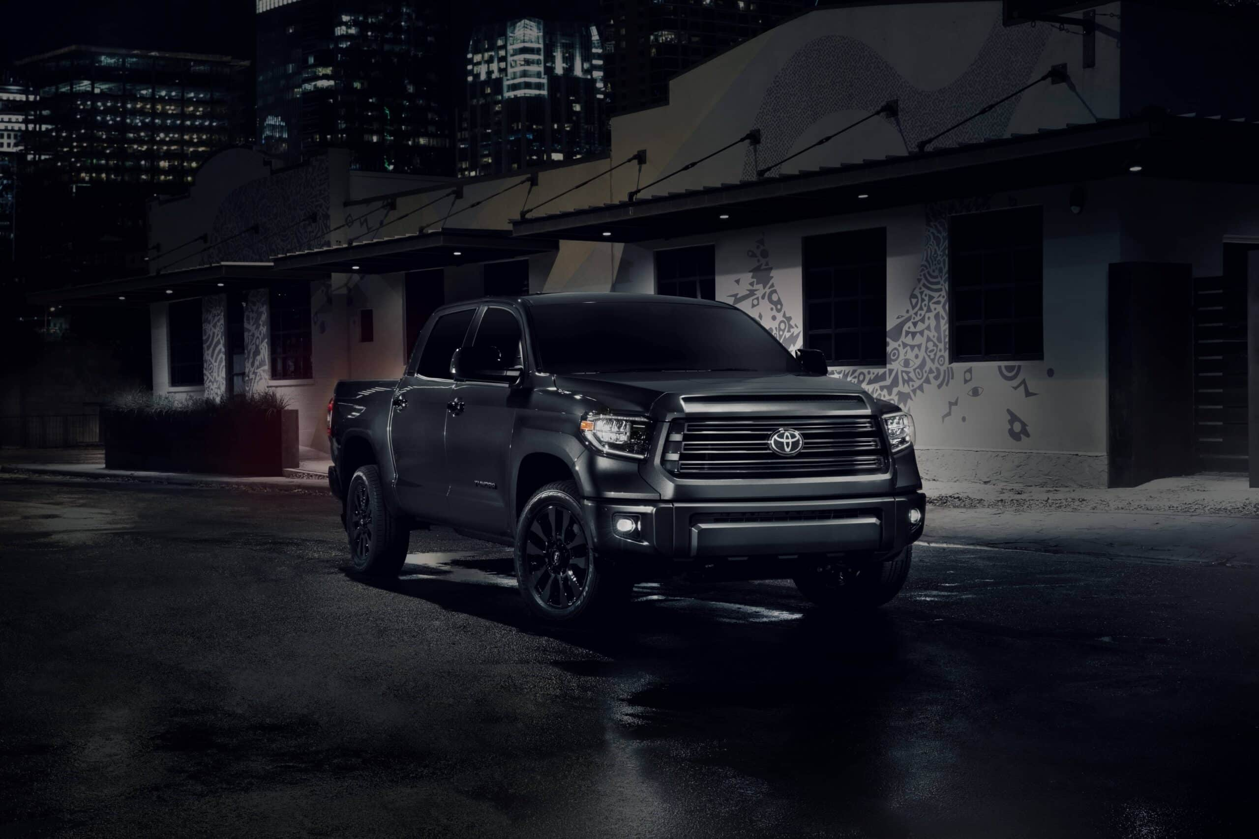 Toyota Tundra Nightshade 2021 dans la nuit
