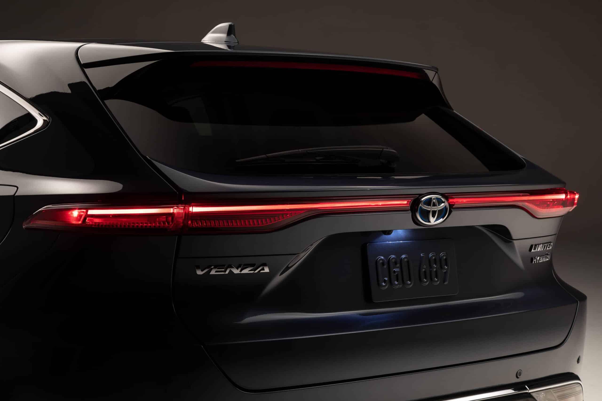 Vue arrière rapprochée du Toyota Venza 2021 en studio